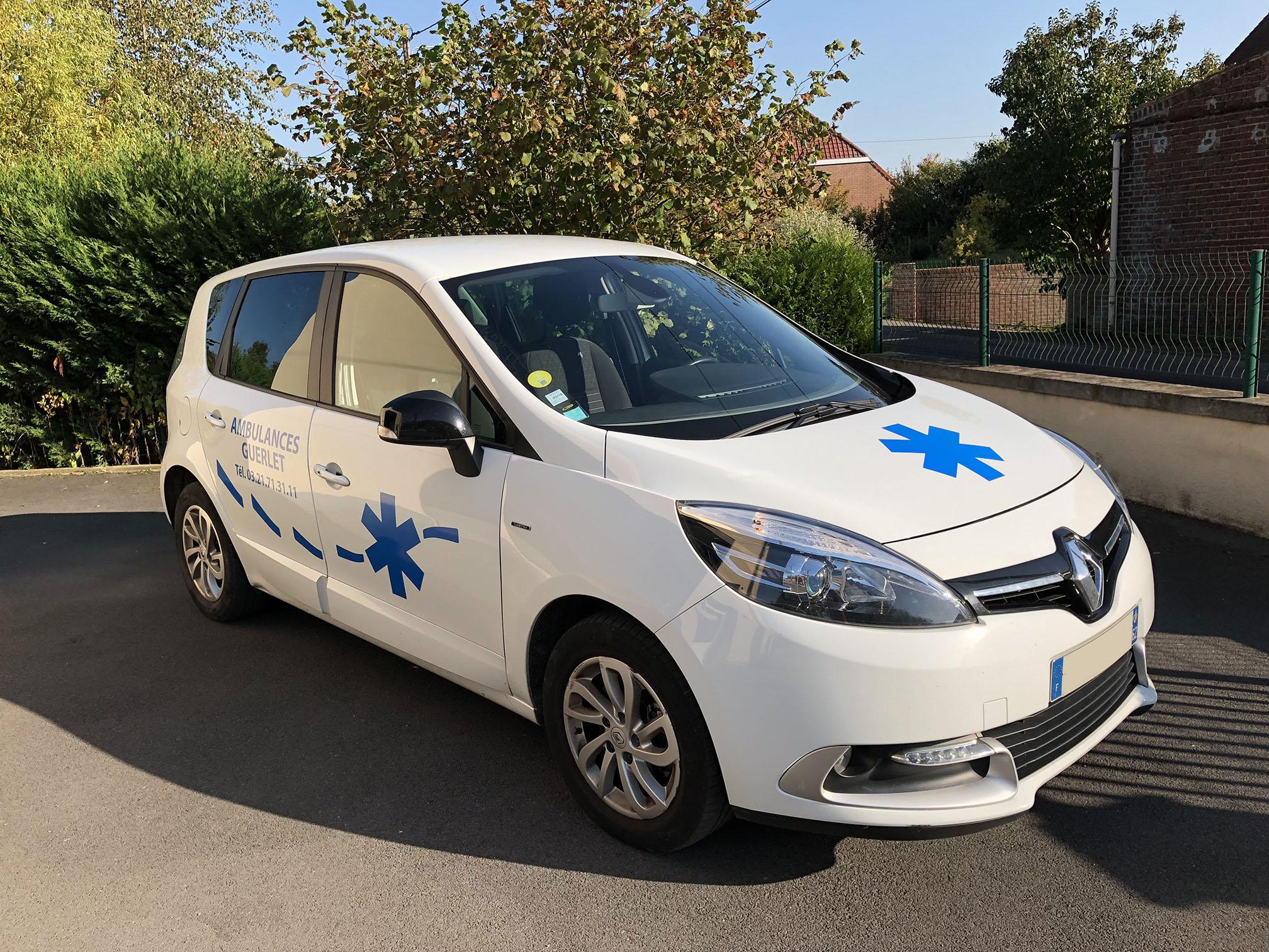 Véhicule sanitaire léger (VSL) de marque Renault des ambulances guerlet