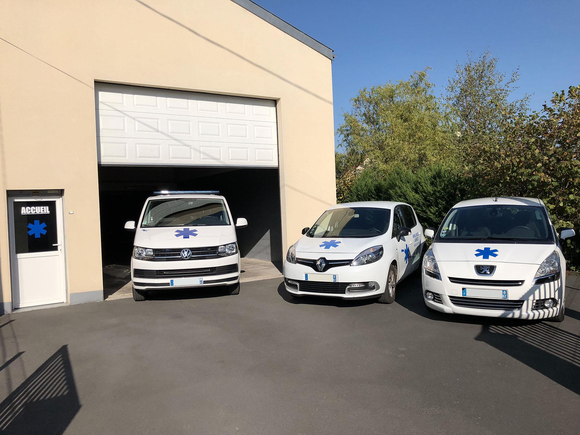 les véhicules et le local des ambulances guerlet