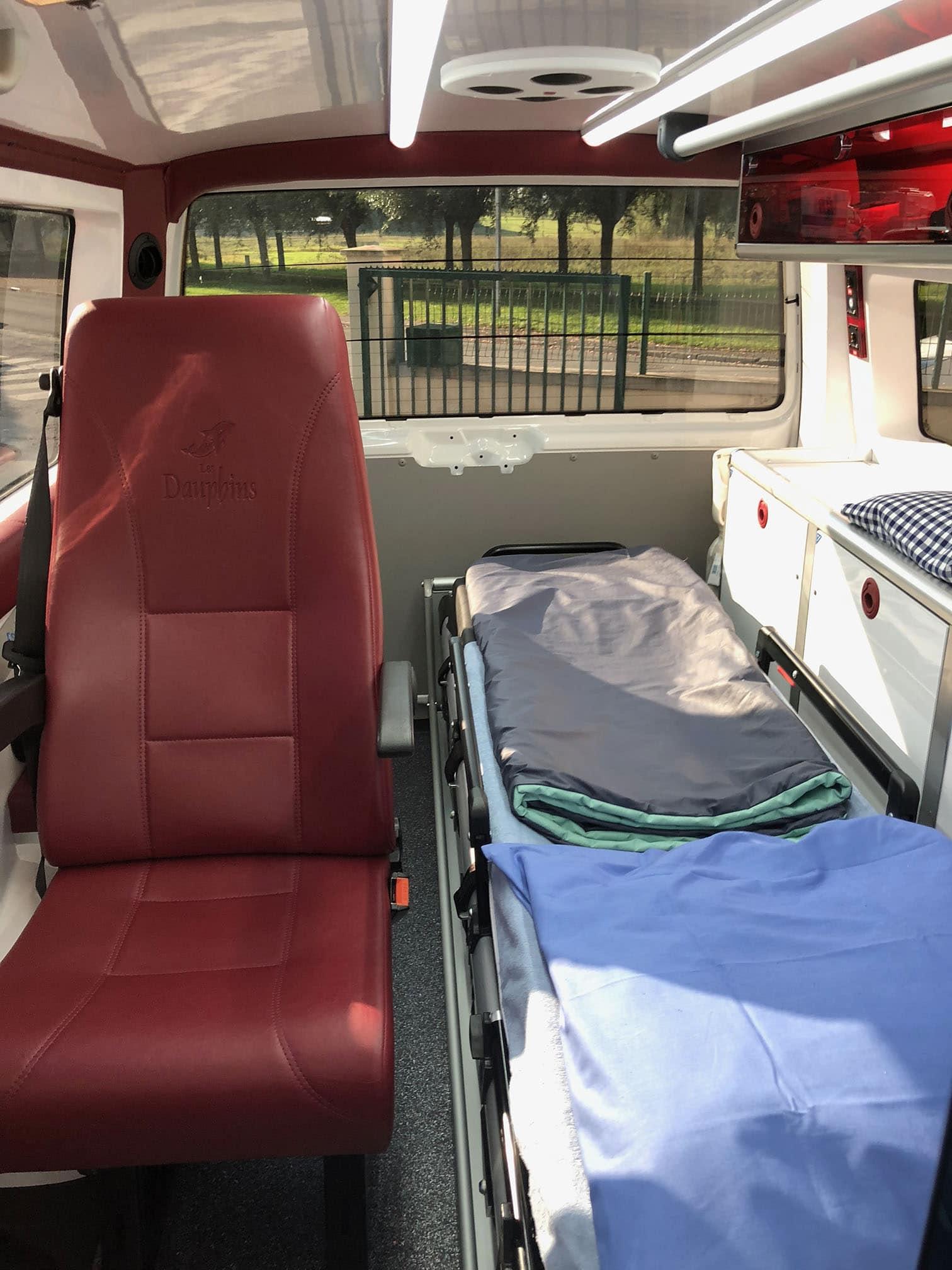 vue intérieure de l'ambulance guerlet avec brancard et équipement médical